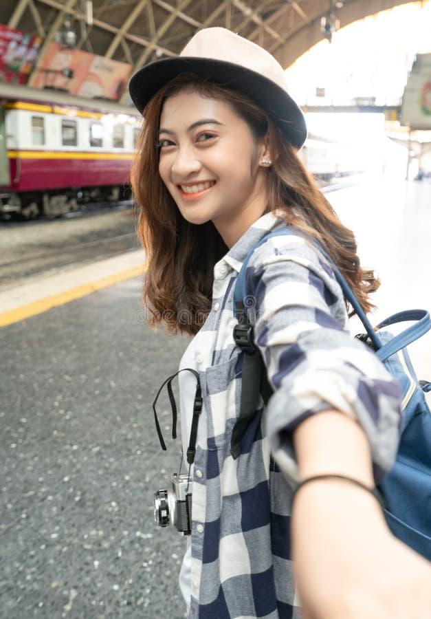 Junge Frau, die Hand ihres Freundes hält lizenzfreie stockfotos