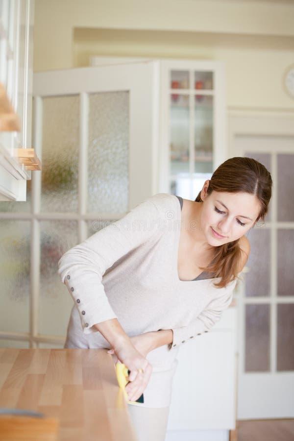 Junge Frau, die Hausarbeit tut lizenzfreies stockfoto