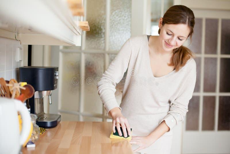 Junge Frau, die Hausarbeit tut lizenzfreies stockbild