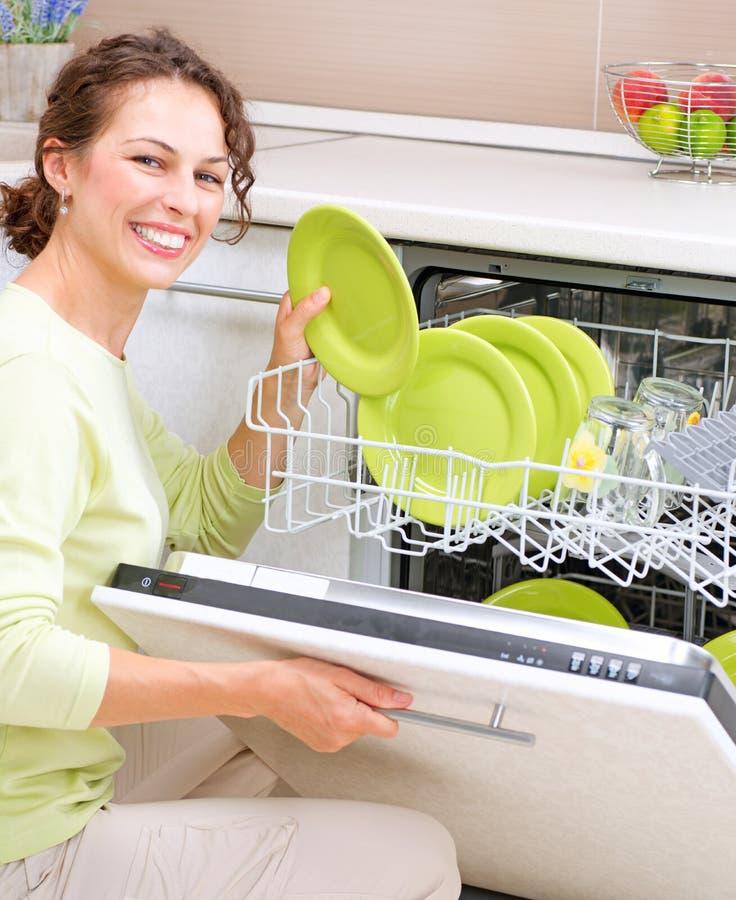 Junge Frau, die Hausarbeit tut lizenzfreie stockfotografie