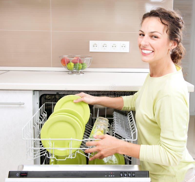 Junge Frau, die Hausarbeit tut stockfotografie