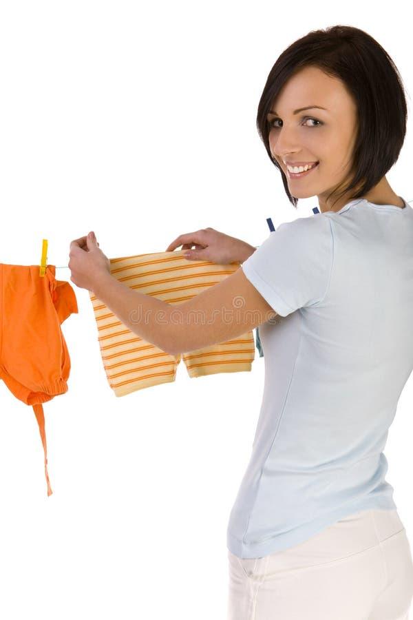 Junge Frau, die heraus sich waschen hängt lizenzfreie stockfotos