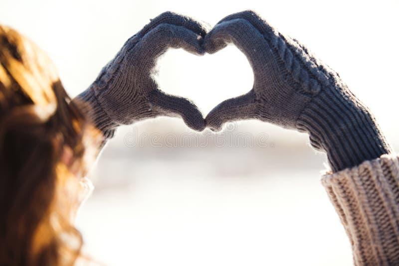 Junge Frau, die Herzsymbol macht lizenzfreie stockfotos