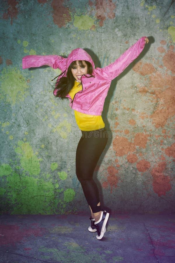 Junge Frau, die Hip-Hop-Tanz im Studio tut lizenzfreie stockfotografie