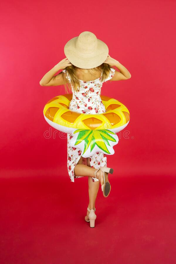 Junge Frau, die Hut mit aufblasbarem Hut trägt lizenzfreies stockfoto