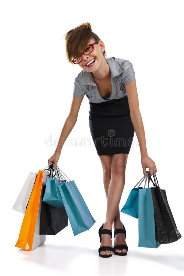 Junge Frau, die ihr Einkaufen bewundert stockfotos