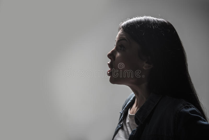 Junge Frau, die ihre Stirn knittert lizenzfreie stockfotografie