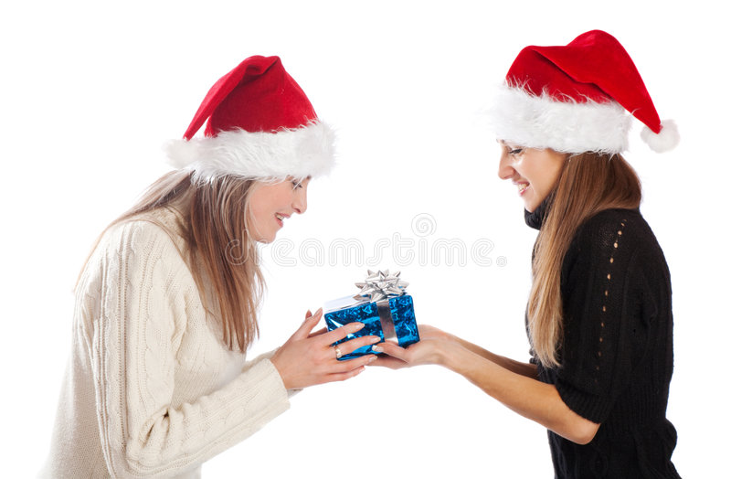 Junge Frau, die ihrem Freund Weihnachten vorhanden gibt stockfotos