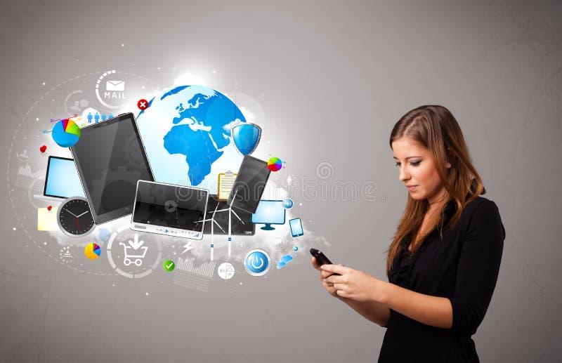Junge Frau, die an ihrem Telefon steht und grast lizenzfreie stockfotografie