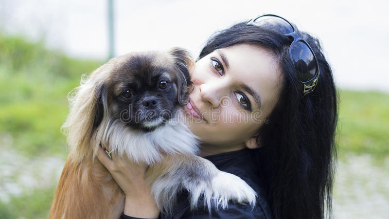 Junge Frau, die ihren Hundefreund umarmt lizenzfreies stockbild