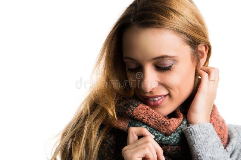 Junge Frau, die in ihren Pullover streichelt lizenzfreie stockfotos