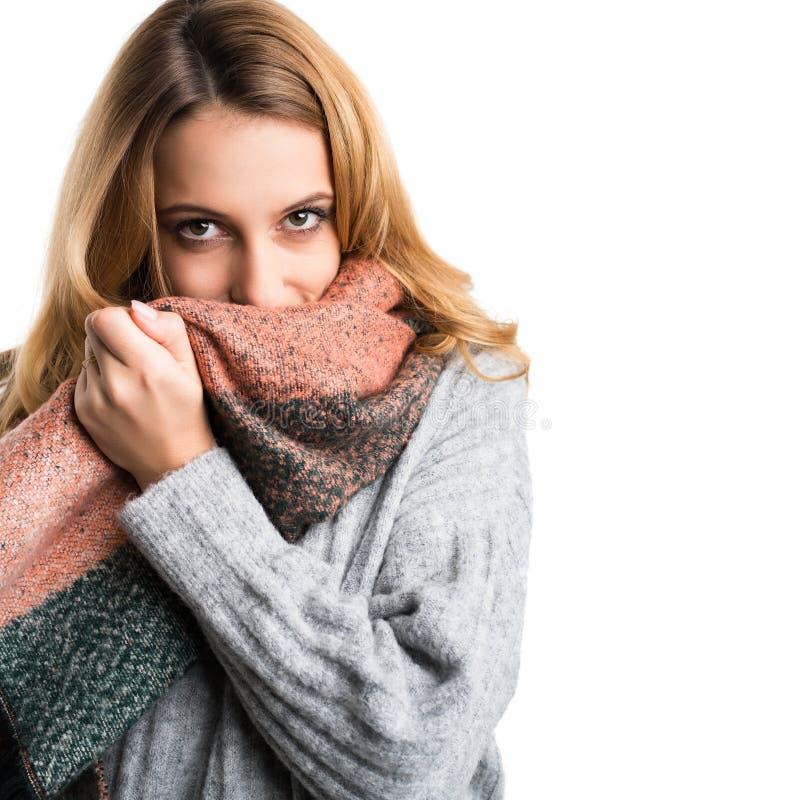 Junge Frau, die in ihren Pullover streichelt lizenzfreies stockfoto