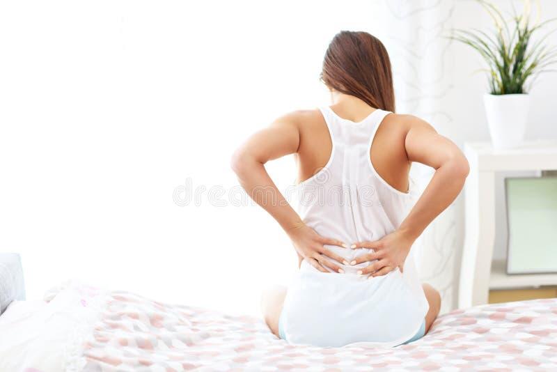 Junge Frau, Die Im Bett Mit Rückenschmerzen Aufwacht Stockfoto ...