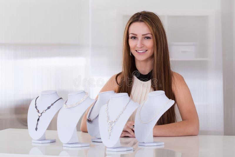 Junge Frau, die im Juweliergeschäft arbeitet lizenzfreies stockfoto
