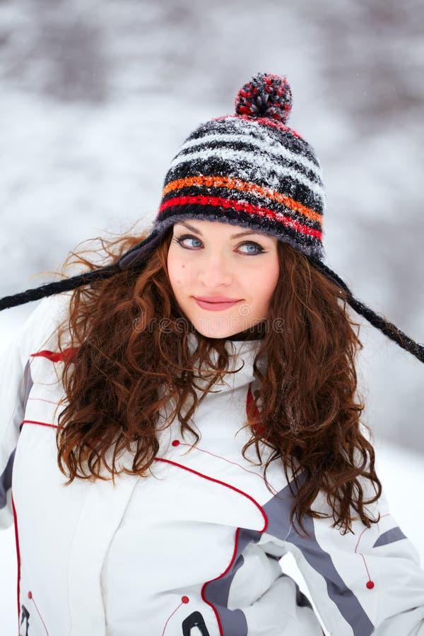 Junge Frau, die im Schnee spielt lizenzfreie stockfotos