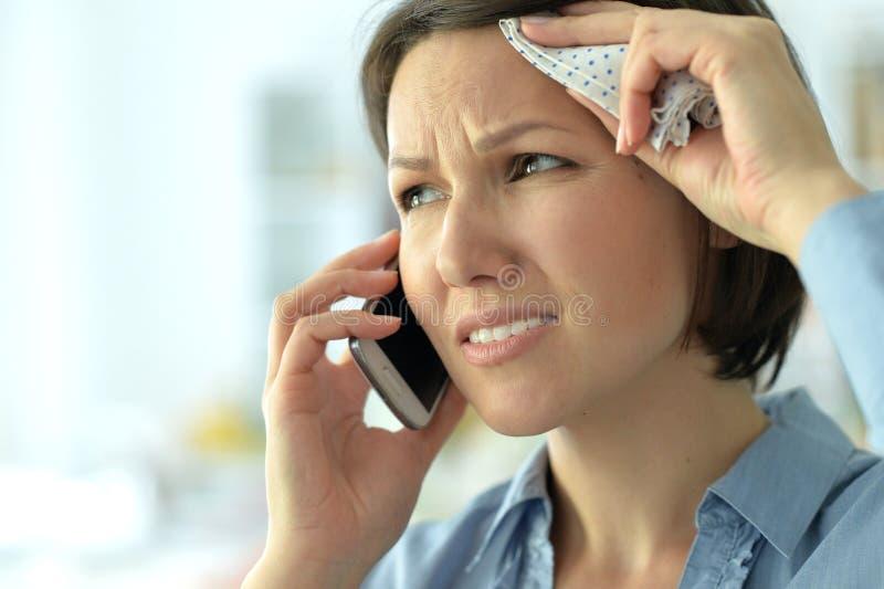 Junge Frau, die im Telefon schreit lizenzfreie stockfotos