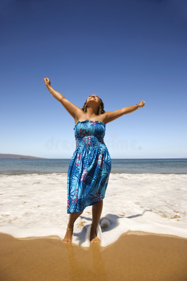 Junge Frau, die im Ufer steht. stockbild
