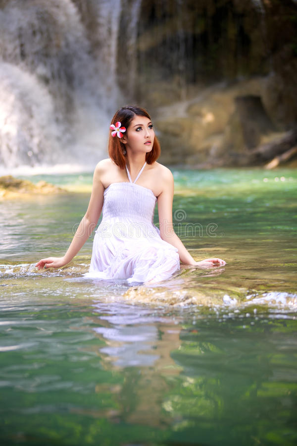 Junge Frau, die im Wasserstrom sich entspannt lizenzfreies stockbild