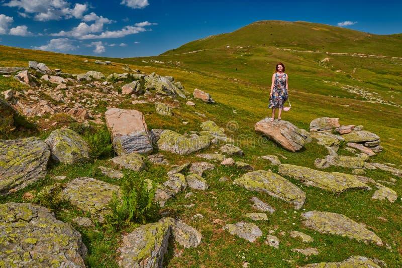 Junge Frau, die Inspiration hoch in den Bergen erhält lizenzfreie stockfotos