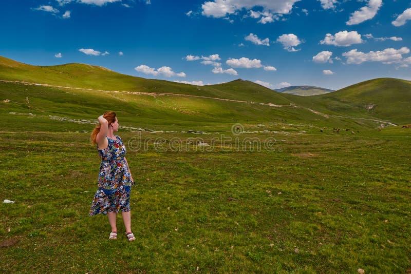Junge Frau, die Inspiration hoch in den Bergen erhält lizenzfreies stockfoto