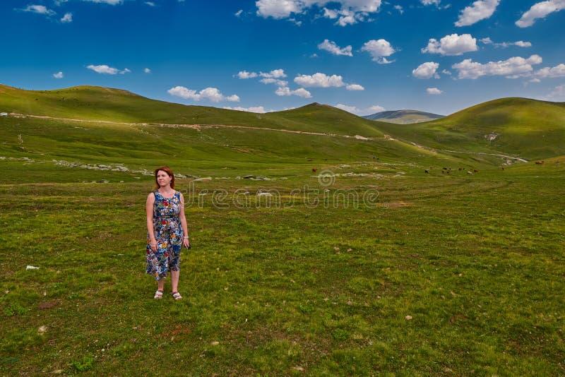 Junge Frau, die Inspiration hoch in den Bergen erhält lizenzfreies stockbild