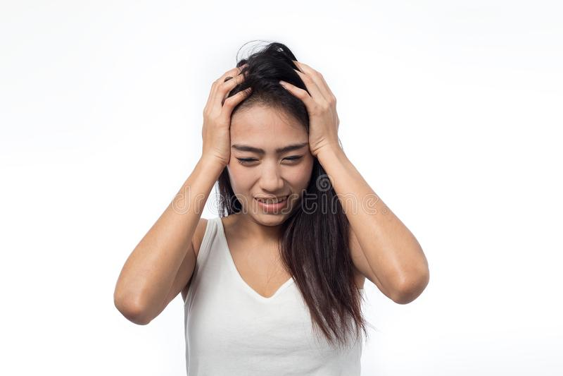 Junge Frau, die Kopfschmerzen auf Weiß hat stockfoto
