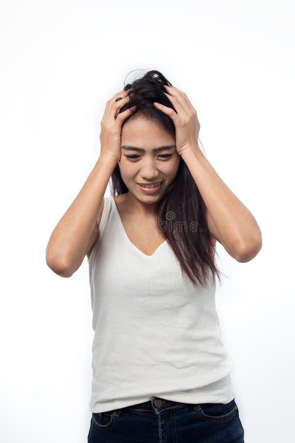 Junge Frau, die Kopfschmerzen auf Weiß hat stockbild