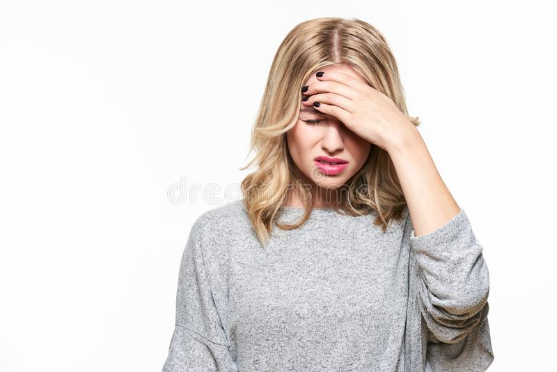 Junge Frau, die Kopfschmerzen hat Betonte erschöpfte junge Frau, die starken Spannungskopfschmerz hat Leiden unter migrane stockbilder