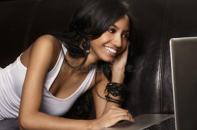 Junge Frau, die Laptop-Computer verwendet. stockfotografie