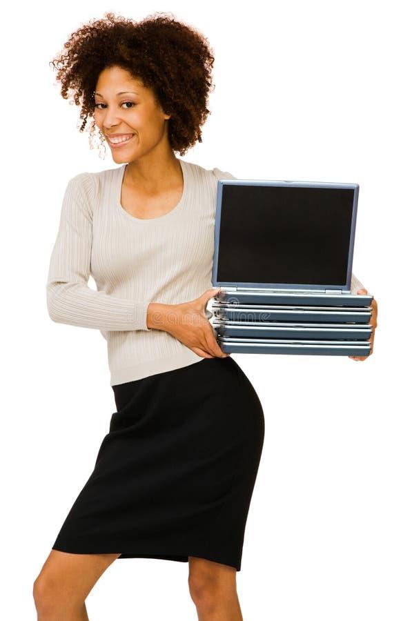 Junge Frau, die Laptops anhält lizenzfreie stockbilder