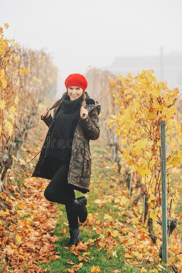 Junge Frau, die in Lavaux-Weinbergen im Herbst wandert stockfotografie