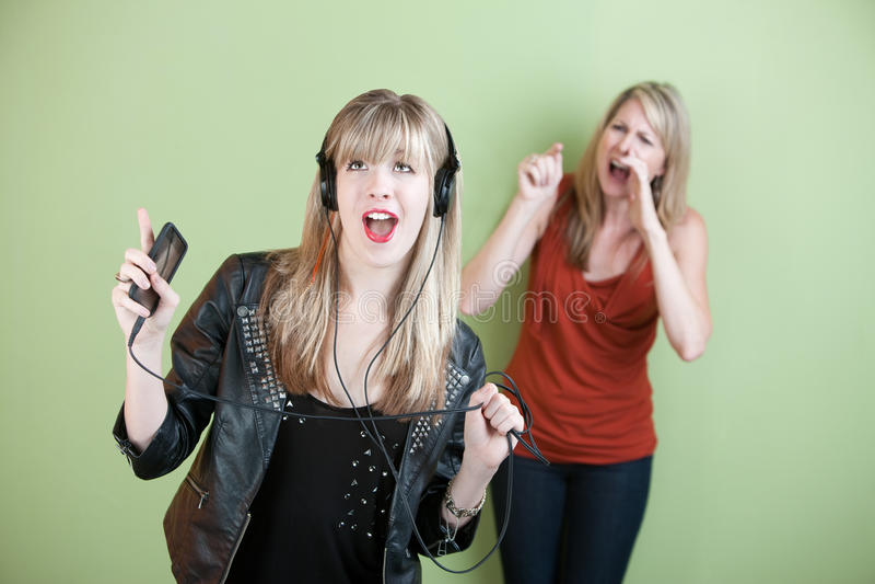 Junge Frau, die Loud singt lizenzfreie stockfotografie