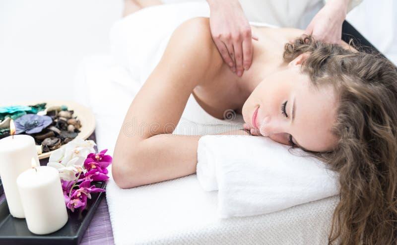 Junge Frau, die Massage in einem Saal hat lizenzfreies stockbild