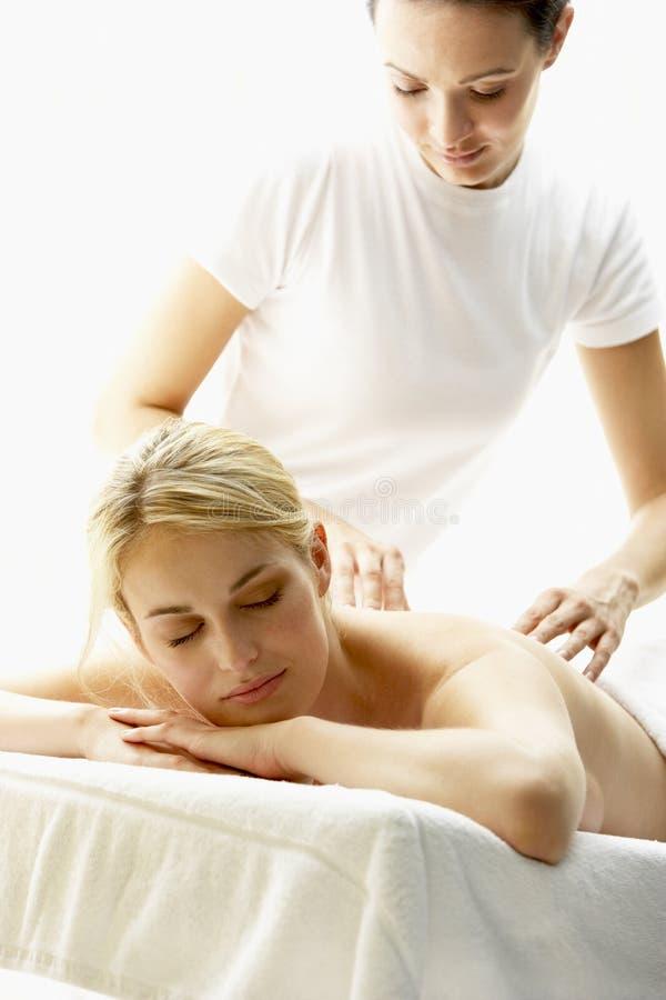 Junge Frau, die Massage genießt lizenzfreies stockfoto