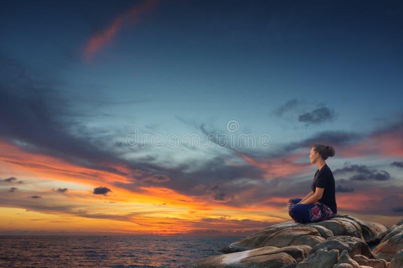 Junge Frau, die in Meer sich entspannt stockfoto
