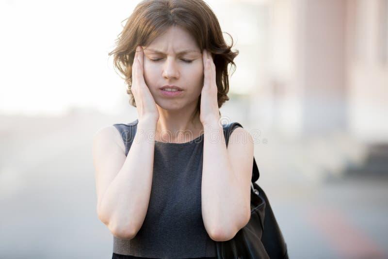 Junge Frau, die Migräne hat lizenzfreie stockfotos