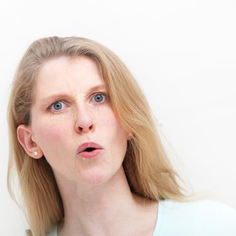 Junge Frau, die milden Schlag nach Hörfähigkeitsnachrichten zeigt lizenzfreie stockfotos