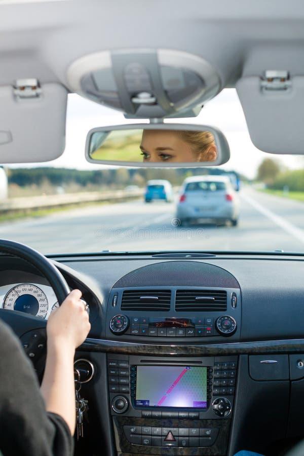 Junge Frau, die mit dem Auto auf Autobahn antreibt lizenzfreie stockfotos