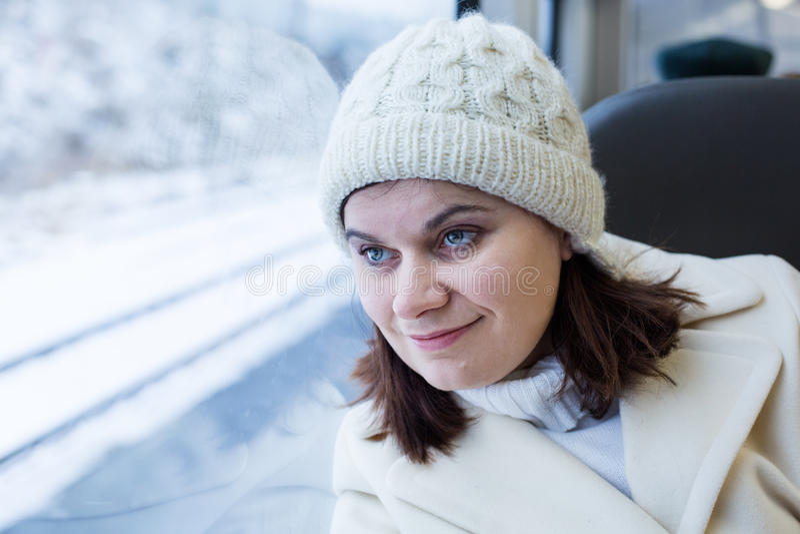 Junge Frau, die mit der Serie reist und heraus das Fenster schaut lizenzfreie stockfotografie