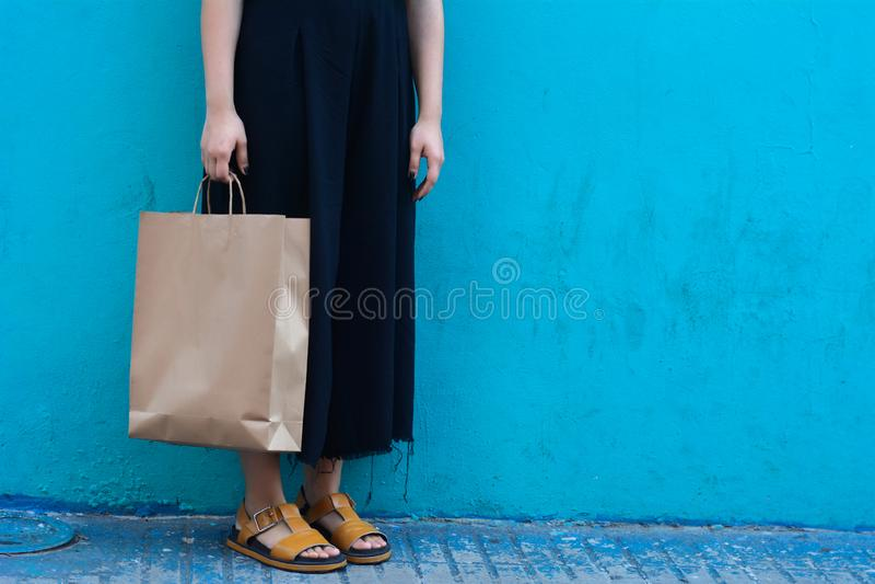 Junge Frau, die mit Einkaufenbeuteln geht stockfoto