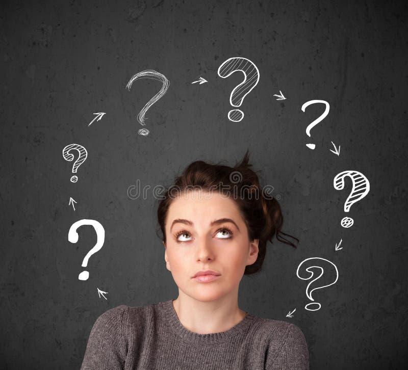 Junge Frau, die mit Fragezeichenzirkulation um ihr h denkt stockfotografie