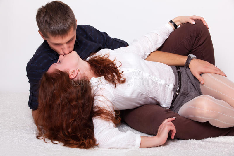 Junge Frau, die mit ihrem Freund küßt stockbild