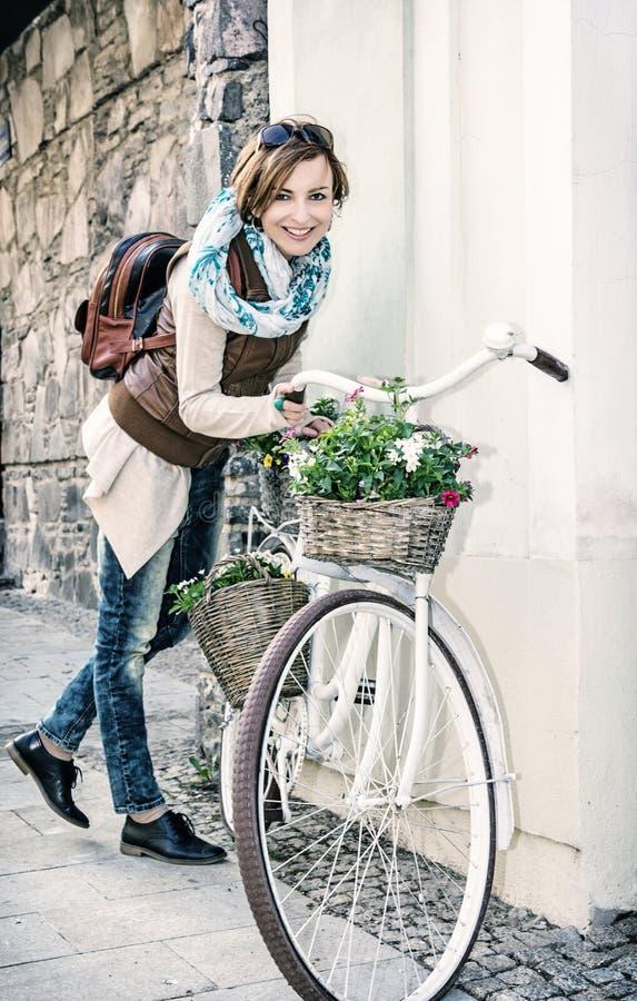 Junge Frau, die mit Retro- Fahrrad, Schönheitsfilter aufwirft lizenzfreies stockbild