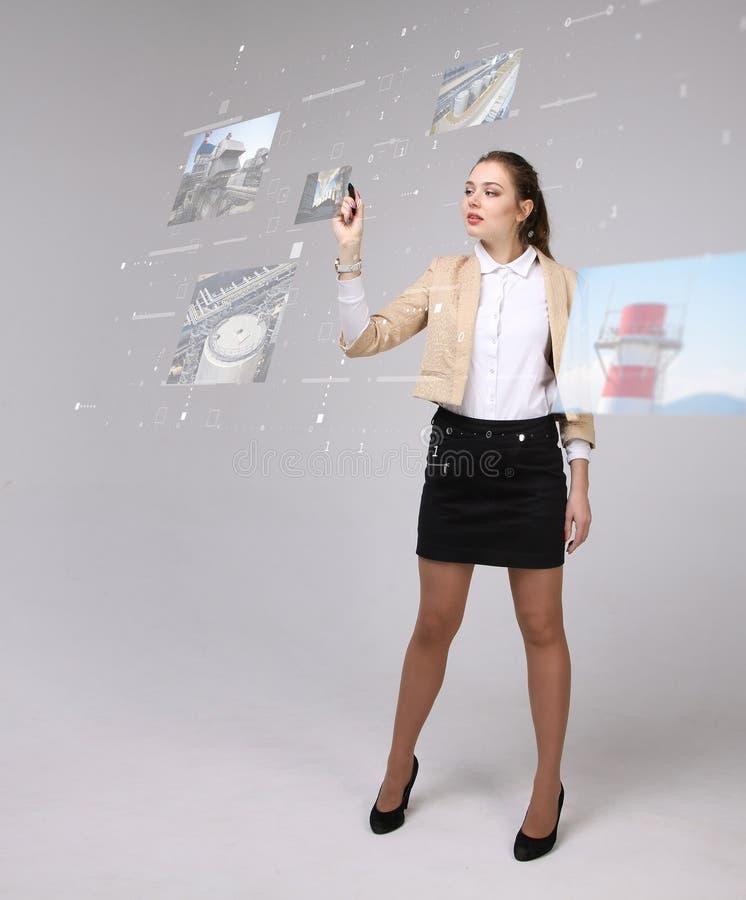 Junge Frau, die mit virtueller Schnittstelle arbeitet Ingenieur-Technologe stockbild