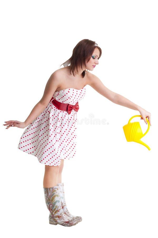 Junge Frau, die mit Wasserdose wässert lizenzfreie stockbilder