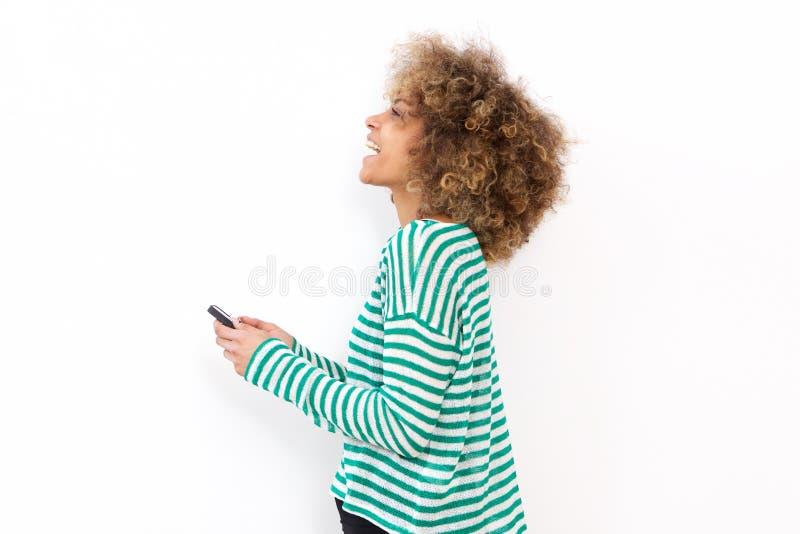 Junge Frau, die Mobiltelefon verwendet stockbilder