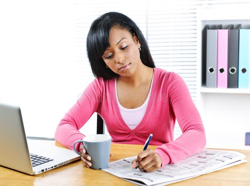 Junge Frau, die nach Job sucht lizenzfreies stockfoto