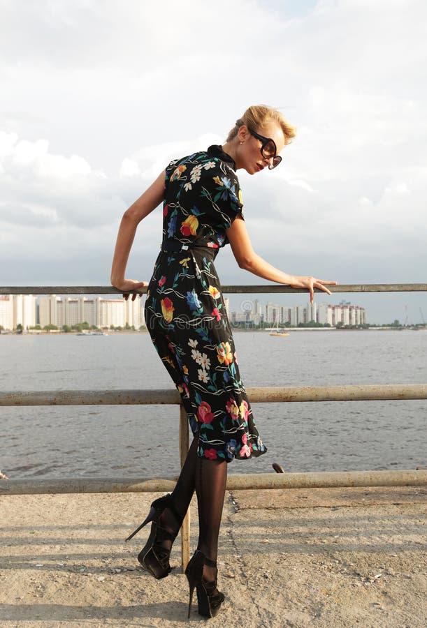 Junge Frau, die nahe dem Meer aufwirft. stockfotografie