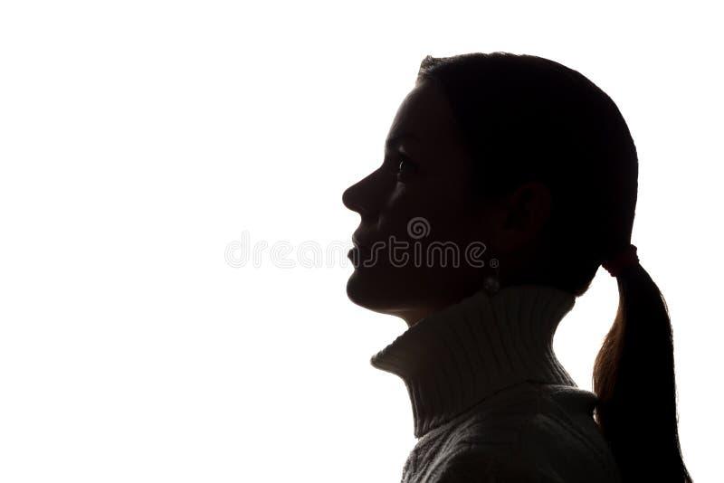 Junge Frau, die oben - horizontales Schattenbild schaut stockfoto