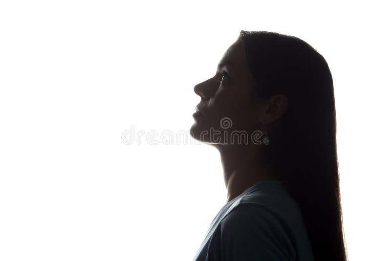 Junge Frau, die oben mit dem flüssigen Haar - horizontales Schattenbild schaut lizenzfreie stockbilder